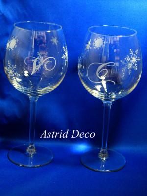 Set 2 pahare vin- gravate manual- Initiale si fulgi de zapada